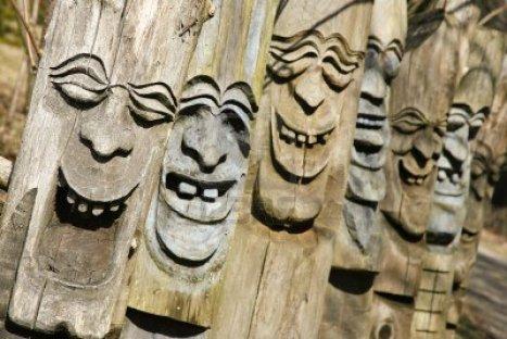 4556721-felice-ridere-facce-scolpite-nel-legno